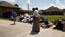 Президент США Барак Обама с жителем пострадавшего от наводнения района в штате Луизиана. 23 августа 2016
