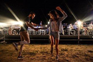 Зрители танцуют во время выступления International Jazz Quintet Якова Окуня на открытии фестиваля Koktebel Jazz Party