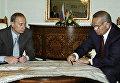 Президент Узбекистана Ислам Каримов и Президент РФ Владимир Путин рассматривают карту Узбекистана во время рабочей встречи