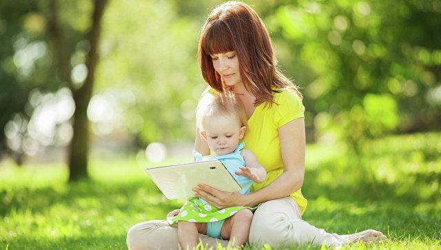 Женщина показывает ребенку видео на планшете