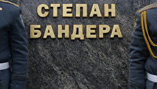 У памятника Степану Бандере во Львове