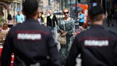 Сотрудники полиции патрулируют пешеходные улицы Москвы. Архивное фото