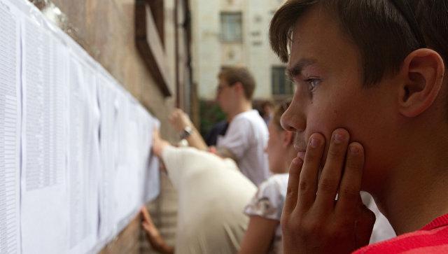 Абитуриенты изучают списки рекомендованных к зачислению в Московский государственный университет