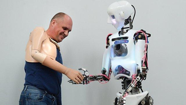 Участник первых в России соревнований людей с ограниченными возможностями с роботом в интерактивном музее будущего Робостанция на ВДНХ