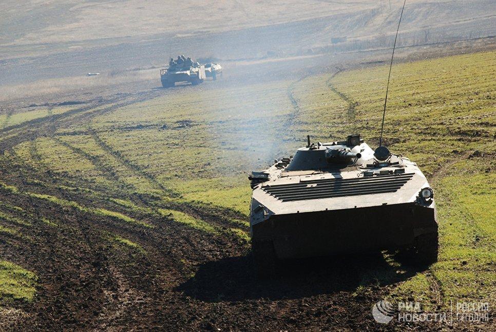 Военная техника ополчения ДНР во время учений на полигоне в Старобешевском районе Донецкой области. На первом плане боевая машина пехоты (БМП-1