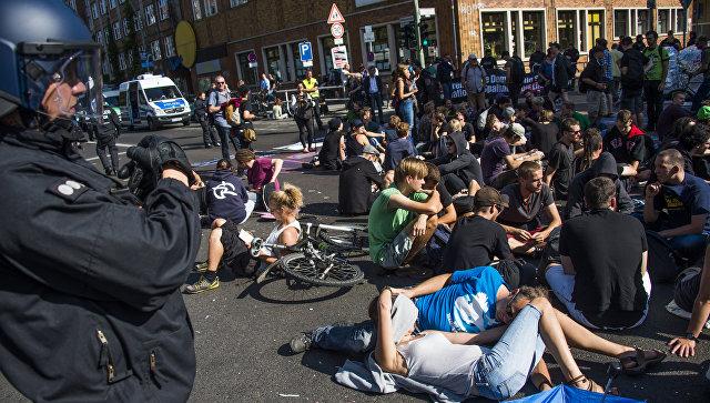 Полицейские и активисты во время акции Blockupy в Берлине