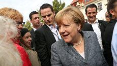 Канцлер Германии Ангела Меркель приветствует членов партии ХДС перед выборами на северо-востоке Германии