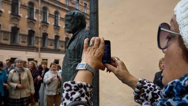 Монумент писателю Сергею Довлатову возвратили наулицу Рубинштейна