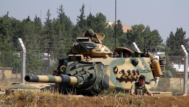 Турецкий танк в городе Суруч недалеко от границы с Сирией. Архивное фото