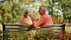 Пожилая пара на скамейке в парке. Архивное фото