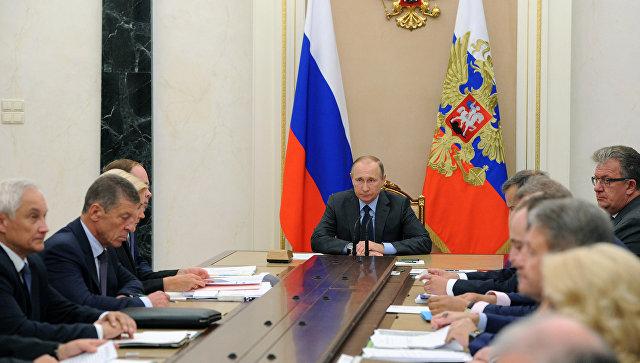 Президент РФ Владимир Путин проводит в Кремле совещание с членами правительства РФ. Архивное