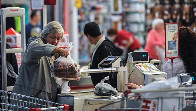 Покупатели выгружают товар на кассе. Архивное фото