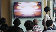 Люди перед телеэкраном в Сеуле, Южная Корея. Архивное фото