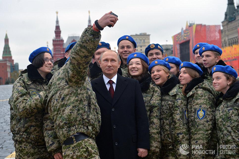 Президент России Владимир Путин фотографируется с участниками военно-патриотического центра Вымпел