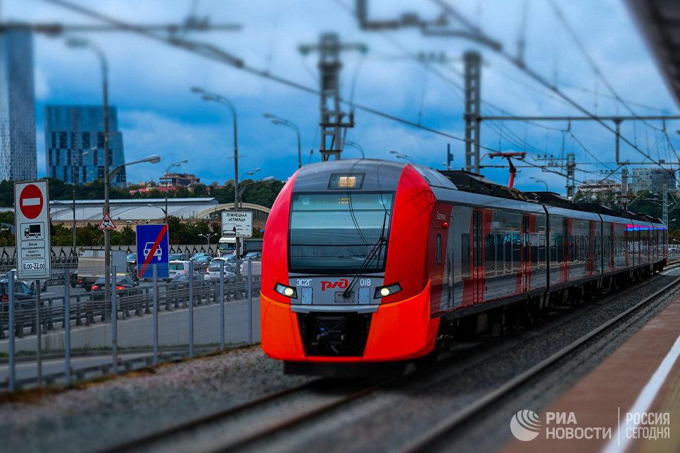 Электропоезд у транспортно-пересадочного узла Лужники Московского центрального кольца в Москве