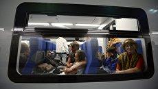 Пассажиры в салоне электропоезда Московского центрального кольца. Архивное фото