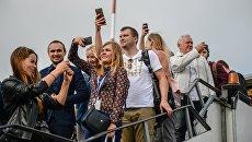 Пассажиры самолета авиакомпании Белавиа первого рейса, прибывшего в аэропорт Жуковский