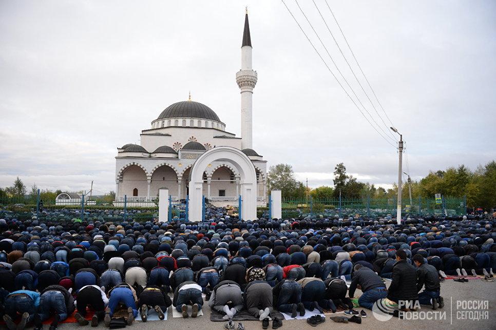 Мусульмане в день праздника жертвоприношения Курбан-Байрам у мечети имени Имама Исмаила Аль-Бухари в Верхней Пышме