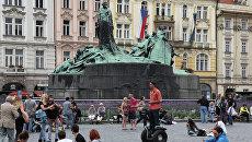 У памятника Яну Гусу на Староместской площади в Праге. Архивное фото
