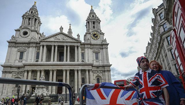 Люди стоят на одной из улиц Лондона у собора Святого Павла, архивное фото