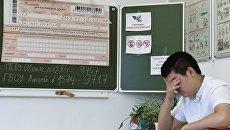 Ученик перед началом единого государственного экзамена по математике в школе в Москве