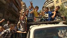 Сирийские дети играли на улице в первый день режима прекращения огня в Алеппо