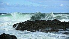 Волны Охотского моря у берега на западе острова Кунашир Большой Курильской гряды. Архивное фото