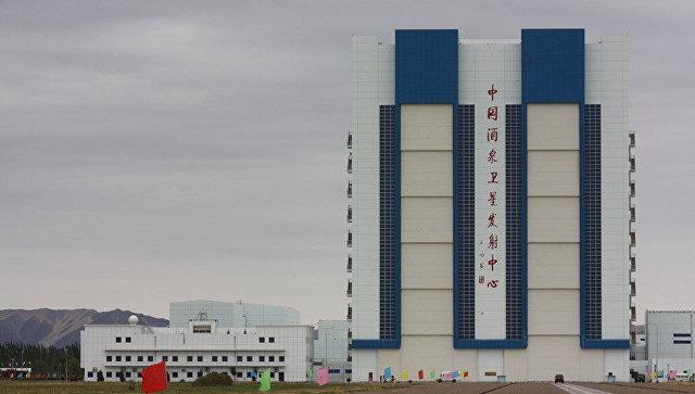 Ангар с космическим кораблем и ракетой-носителем на космодроме Цзюцюань в Китае, архивное фото
