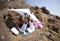 Паломники на горе у палаточного лагеря в Мине