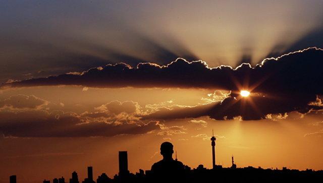 Закат солнца в Йоханнесбурге, ЮАР. Архивное фото