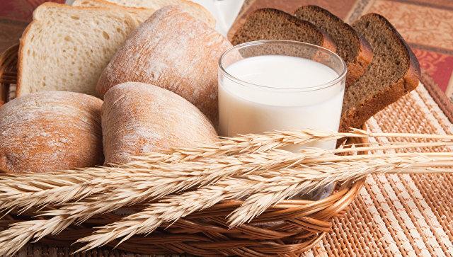 Молочная и хлебобулочная продукция. Архивное фото
