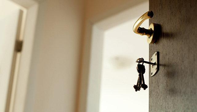 Ключ в замочной скважине. Архивное фото
