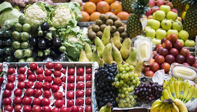 Прилавок с фруктами и овощами на рынке. Архивное фото