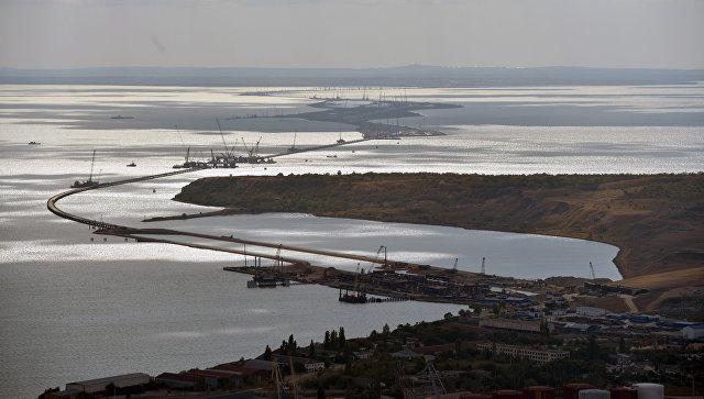 Строители возвели первую морскую опору Крымского моста