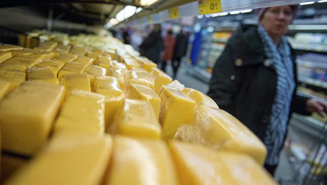 Продажа сыра в супермаркете. Архивное фото