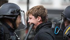 Сотрудники полиции задерживают одного из участников акции противников реформы трудового законодательства в Париже. Архивное фото