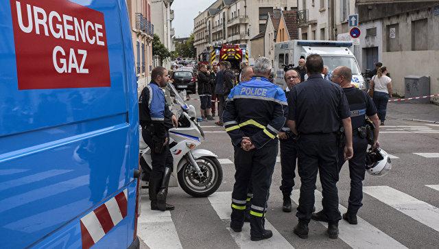 Сотрудники полиции и газовой службы на месте взрыва газа в жилом доме в Дижоне, Франция. 16 сентября 2016