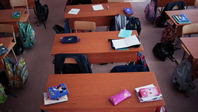 Пустые парты в одном из классов школы. Архивное фото