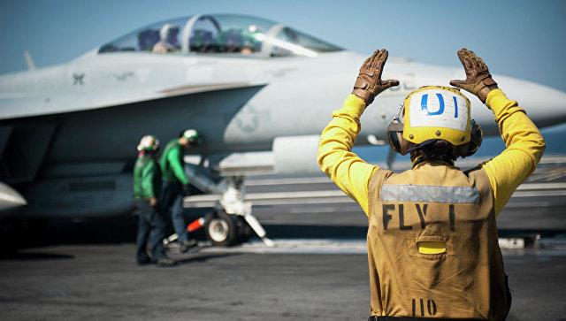 Американский самолет готовится к боевому вылету. Архивное фото