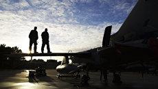Пилоты на крыле истребителя Tornado GR4 на авиабазе британских ВВС в Норфолке. Архивное фото