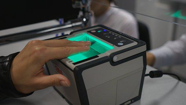 Демонстрация процедуры снятия биометрических данных. Архивное фото