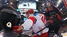 Игрок сборной России Никита Кучеров забрасывает шайбу в ворота сборной Северной Америки U23 в матче группового этапа Кубка мира по хоккею