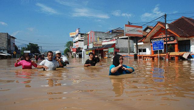В Индонезии жертвами оползней и наводнений стали 16 человек