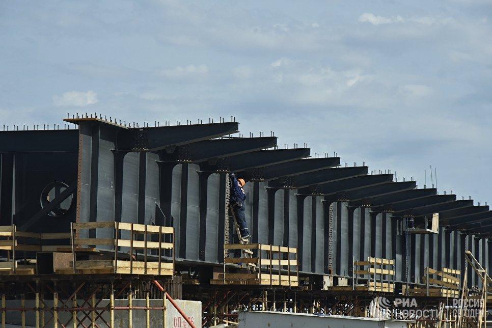 Рабочий на строительстве моста через Керченский пролив в Крыму