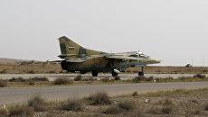 Самолет ВВС Сирии взлетает с аэродрома под Дамаском. Архивное фото
