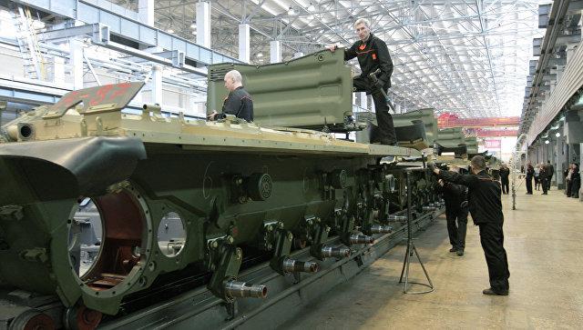 Рабочие Уралвагонзавода осуществляют сборку танков в производственном цехе