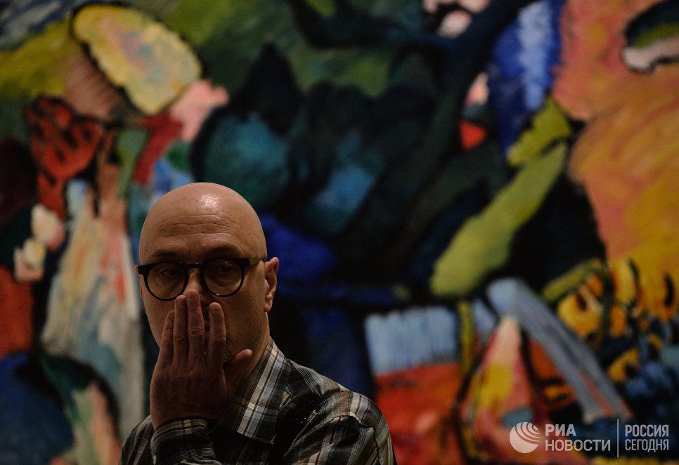 Посетитель на открытии выставки Василий Кандинский и Россия в корпусе Бенуа Русского музея в Санкт-Петербурге