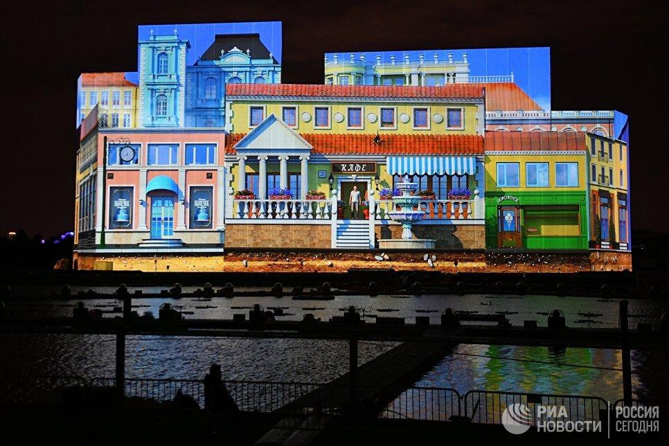 Видеопроекция на специально возведенную конструкцию на косе Гребного канала в рамках мультимедийного светового шоу на московском международном фестивале Круг света 2016