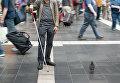 Слепой человек во время прогулки