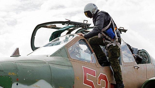 Пилот садится в штурмовик Су-25 ВКС России на авиабазе Хмеймим в Сирии перед вылетом в пункт постоянной дислокации самолета на территории России